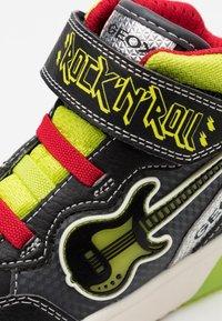 Geox - GRAYJAY BOY - Sneakersy wysokie - black/lime - 5