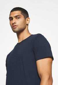 Jack & Jones - JJENOA - Basic T-shirt - navy blazer - 3