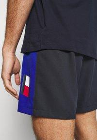 Tommy Hilfiger - TRAINING BLOCKED SHORT - Krótkie spodenki sportowe - blue - 6