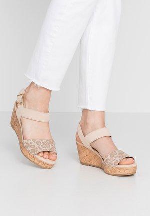 Sandály na platformě - nude