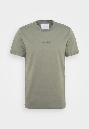 LENS - T-shirt basic - lichen green/black