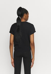 DKNY - STACKED REPEAT LOGO BOXY KNOT TEE - Print T-shirt - black - 2