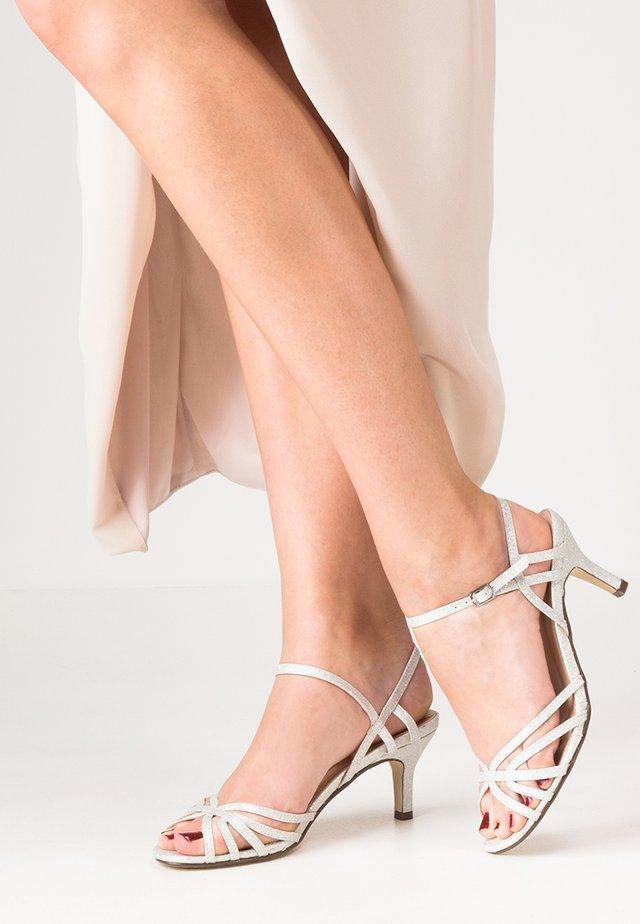 HARPER - Sandaalit nilkkaremmillä - pale silver