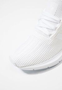 adidas Originals - SWIFT RUN - Sneakers - footwear white/core black - 5