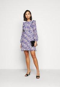 Vero Moda Petite - VMVIOLA SHORT DRESS - Kjole - birch/viola - 1