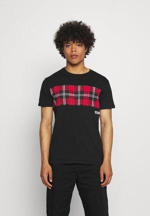 DALTANA - Print T-shirt - black/red