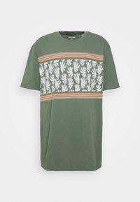 Jack & Jones - JORSUNNYS TEE CREW NECK - Print T-shirt - sea spray - 0