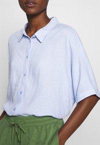 TOM TAILOR - BLOUSE LOOSE SHAPE - Button-down blouse - blue - 4