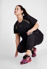 Nike Performance - GLAM PLUS - Triko s potiskem - black/metallic gold - 1