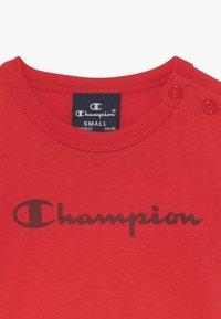 Champion - CHAMPION X ZALANDO TODDLER SUMMER SET - Krótkie spodenki sportowe - red/dark blue - 4
