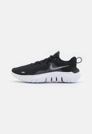 FLEX 2021 RN - Chaussures de running neutres - black/white/dark smoke grey