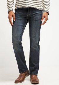 Bugatti - NEVADA - Jeansy Straight Leg - dirty wash - 0