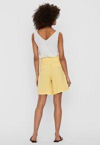 Vero Moda - Denim shorts - banana cream - 2