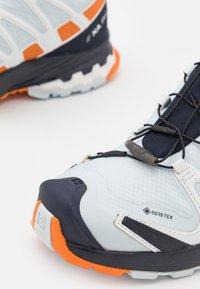 Salomon - XA PRO 3D V8 GTX - Scarpe da trail running - plein air/marmalade/night sky - 5
