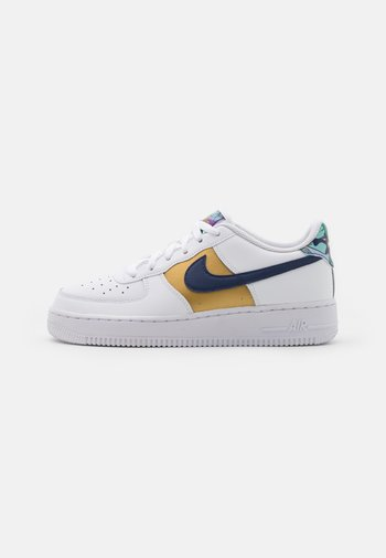 AIR FORCE 1 LV8 UNISEX - Trainers - white/blue void/metallic gold