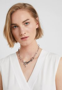 Hikari - CABLE CHAIN CHOKER - Náhrdelník - silver-coloured - 2
