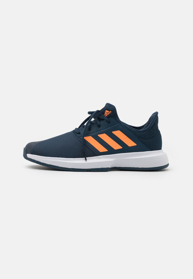 GAMECOURT  - Zapatillas de tenis para todas las superficies - navy/orange/footwear white