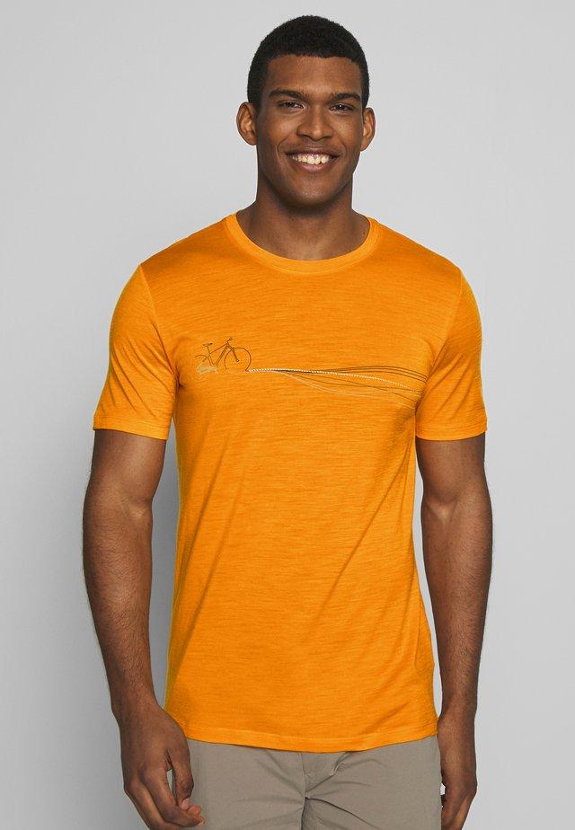 TECH LITE CREWE CADENCE PATHS - Print T-shirt - sun