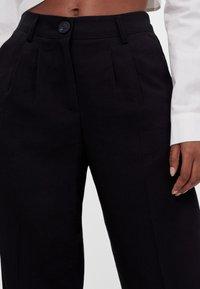 Bershka - MIT WEITEM BEIN - Trousers - black - 3