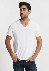 Tommy Jeans - ORIGINAL TRIBLEND V-NECK TEE REGULAR FIT - Basic T-shirt - classic white - 0