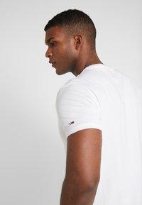 Tommy Jeans - LOGO TEE - Camiseta estampada - classic white - 3