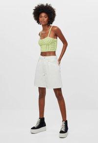 Bershka - MIT BUNDFALTEN - Denim shorts - stone - 0