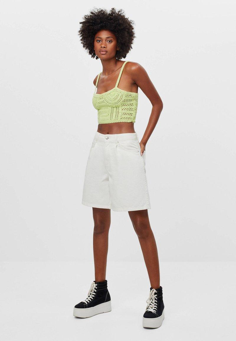 Bershka - MIT BUNDFALTEN - Denim shorts - stone