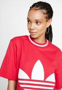 adidas Originals - BELLISTA TREFOIL CROPPED GRAPHIC TEE - T-shirt med print - energy pink - 4