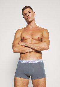 Calvin Klein Underwear - TRUNK 3 PACK - Pants - cinde/light grey heather/lost blue - 1