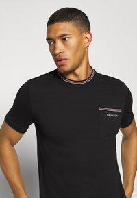 Calvin Klein - RINGER POCKET - T-shirt print - black - 3