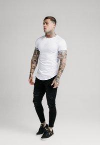 SIKSILK - IRIDESCENT TECH TEE - T-shirt con stampa - white - 1
