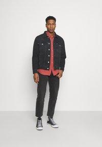 Tommy Jeans - TRUCKER JACKET UNISEX - Veste en jean - save black - 1