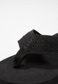 Reef - SANDY - Sandály s odděleným palcem - black - 2
