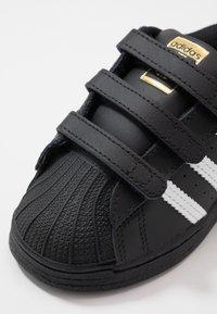 adidas Originals - SUPERSTAR - Sneakers laag - core black/footwear white - 2