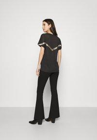 ONLY - ONYRITA PREPPY - Print T-shirt - black/gold - 2