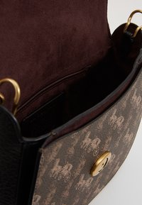 Coach - HORSE AND CARRIAGE KAT SADDLE BAG - Skulderveske - brown/black - 5