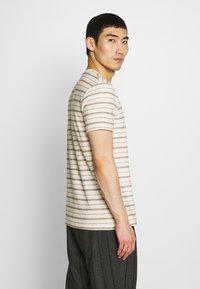 Folk - TEXTURED STRIPE TEE - Print T-shirt - ecru woad - 2