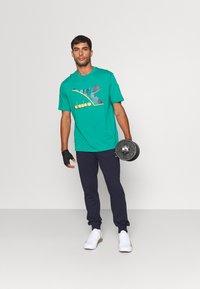 Diadora - SHIELD - T-shirt med print - green shadow - 1