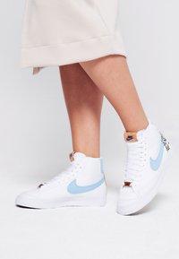 Nike Sportswear - BLAZER MID '77  - Sneakers hoog - white/obsidian/multicolor - 0