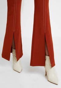 Foxiedox - SPLIT PANTS - Stoffhose - clay - 4