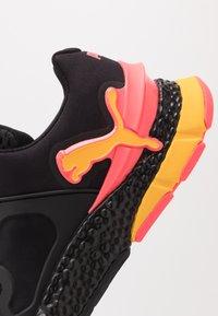 Puma - HYBRID SKY - Nøytrale løpesko - black/ignite pink/ultra yellow - 5