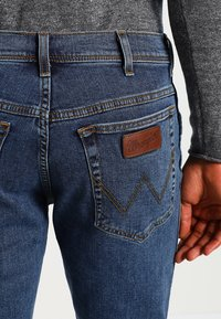 Wrangler - TEXAS STRETCH - Jeans straight leg - stonewash - 4