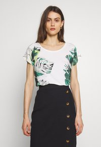 Betty & Co - MASSTAB - T-shirt z nadrukiem - cream/mint - 0