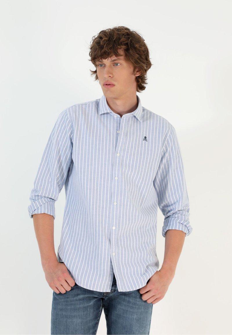Scalpers - SLIM FIT OXFORD - Shirt - skyblue stripes