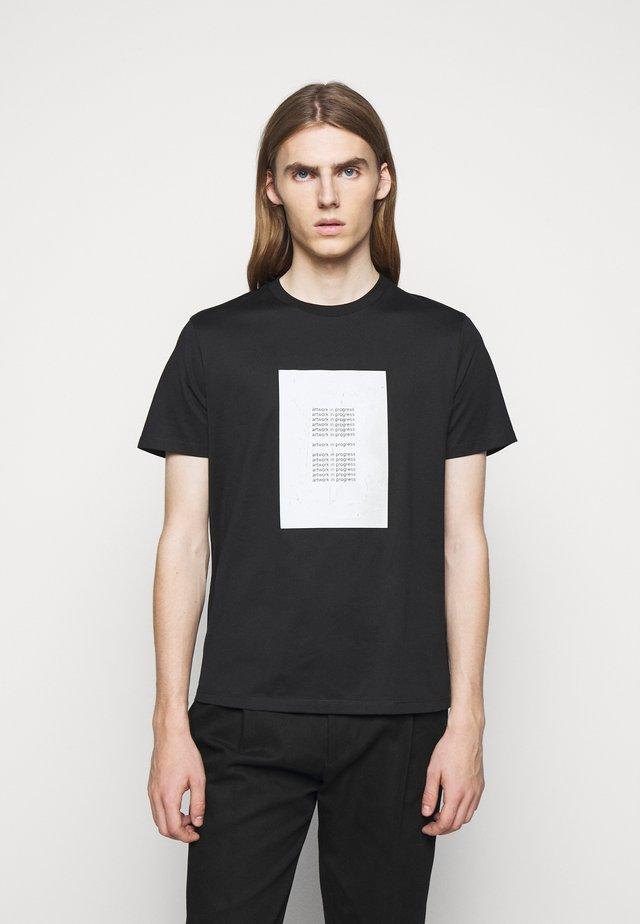 ARTWORK IN PROGRESS - T-shirt print - black/canv/red