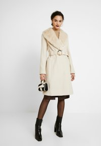 Miss Selfridge - COLLAR BELTED COAT - Kåpe / frakk - cream - 1