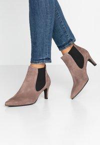 Brenda Zaro - BENETTBO - Ankle boots - lodos - 0