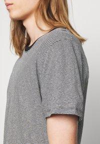 Iro - TAYLER - Print T-shirt - black/white - 5