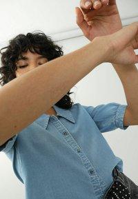 Pimkie - Button-down blouse - hellblau - 3