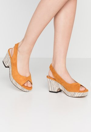 WIDE FIT HERO SLINGBACK WEDGE - Åpen front - yellow